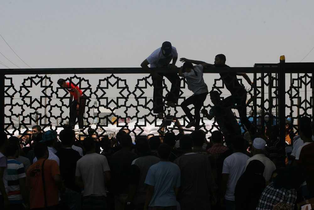 Egyptiska myndigheter öppnar gränsen för att släppa in palestinier som behöver medicinsk vård och flera palestinier korsar den.