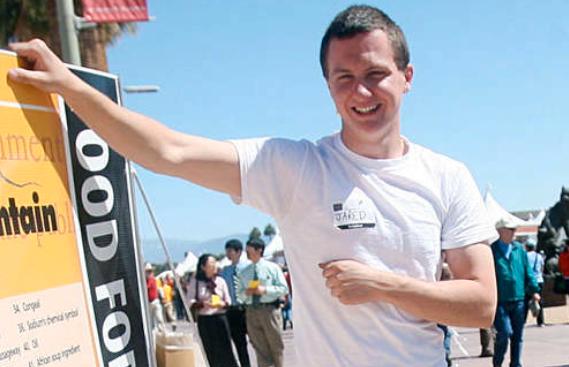 """Misstänkt mördare Bilden från mars 2010 föreställer 22-årige Jared Lee Loughner och är tagen under en bokfestival i Tucson, Arizona. På sin hemsida skriver den misstänkte mördaren att han älskar att läsa. En av hans favoritböcker, skriver han, är Hitlers """"Mein Kampf""""."""