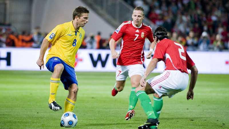 2009: Anders Svensson i duell med två ungerska spelare i VM-kvalet.
