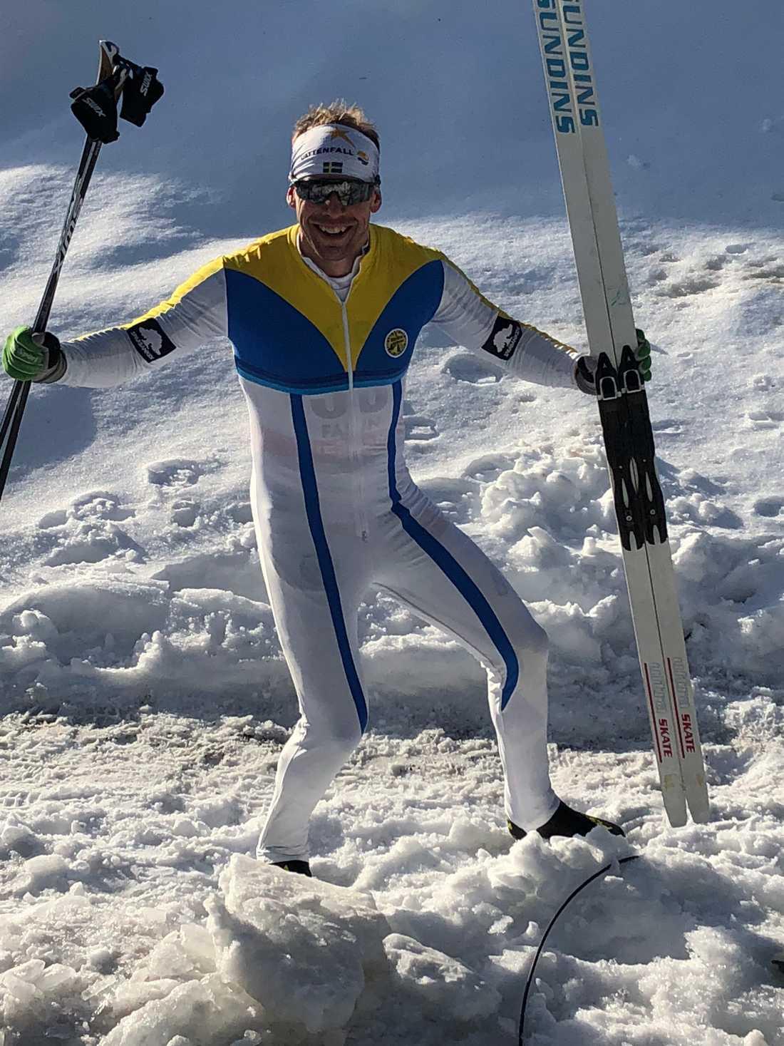 Emil Jönsson fick skidor och dräkt från 80-talet.