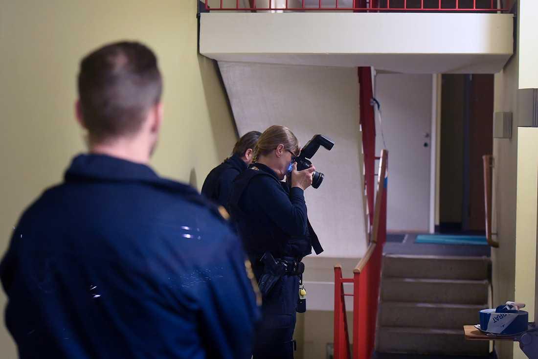 Polisens tekniker säkrar bevismaterial.
