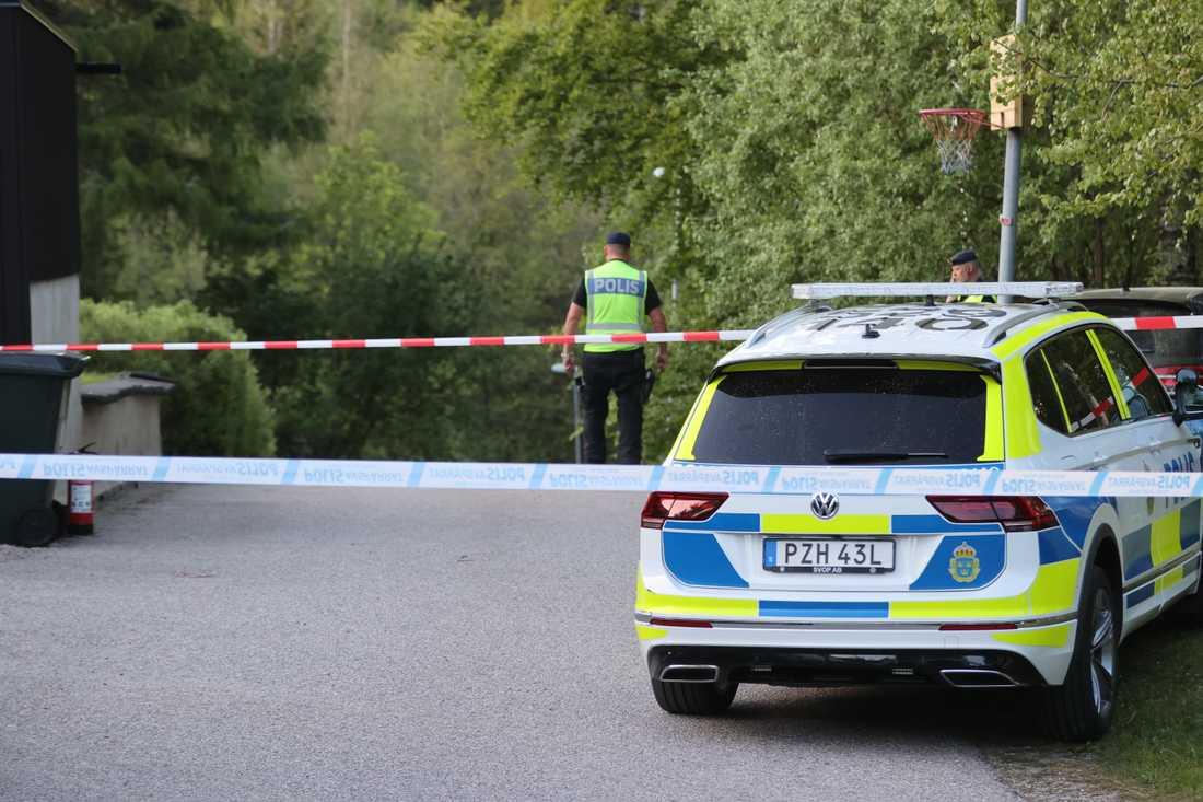 Två män omkom när ett mindre flygplan kraschade i ett bostadsområde utanför Borås på tisdagskvällen.