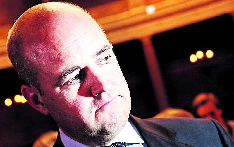 Viker sig inte Statsminister Fredrik Reinfeldt försvarade i går förändringarna i sjukförsäkringen. Regeringen får dock kritik av Kristdemokraterna.