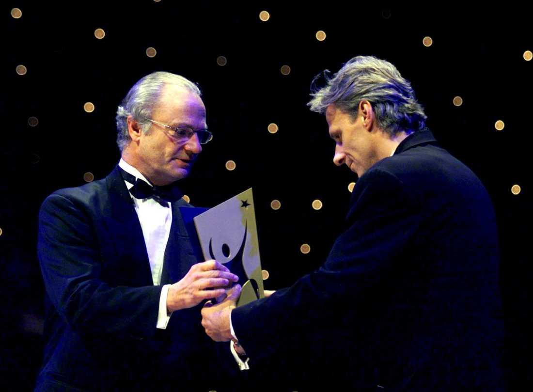 Björn Borg tar emot priset som århundradets idrottare från kung Carl XVI Gustav år 2000.
