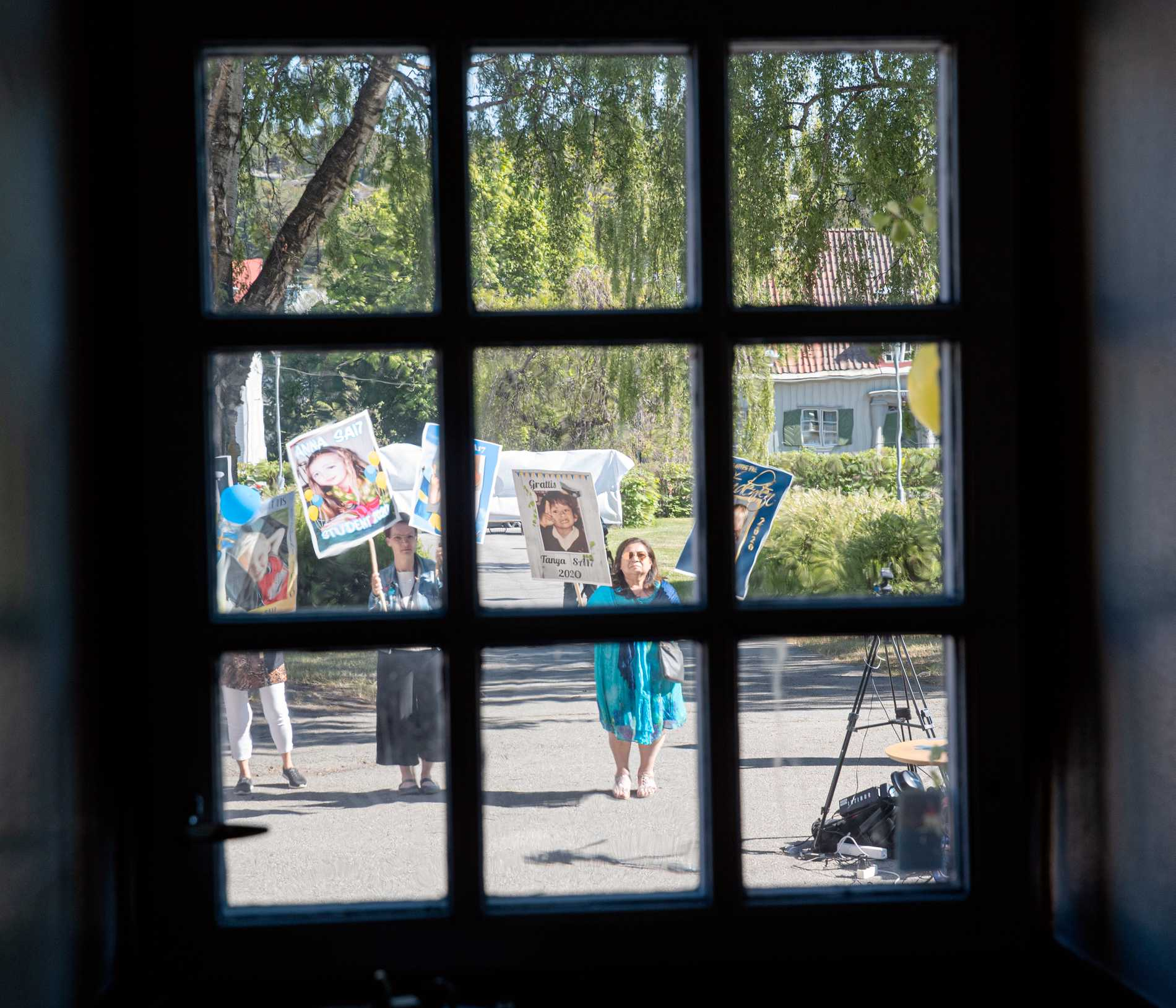 Skolans lärare tar emot eleverna utanför.