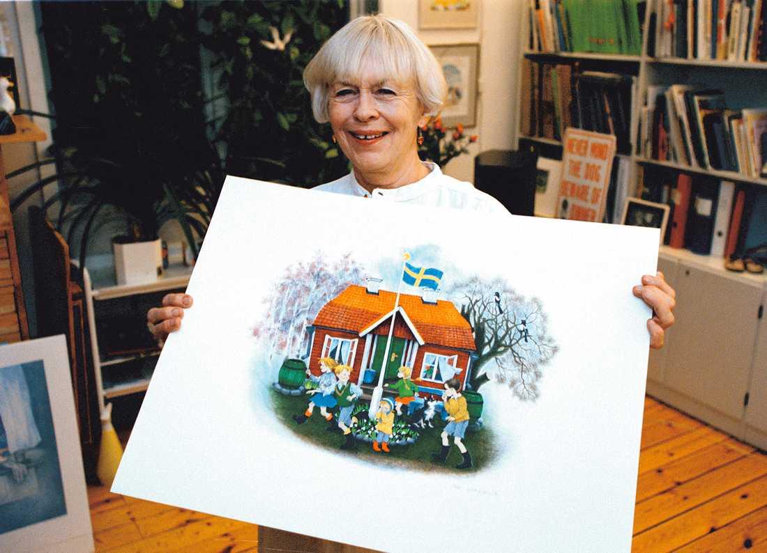 """Ilon Wikland med en av sina illustrationer från """"Bullerbyn""""."""