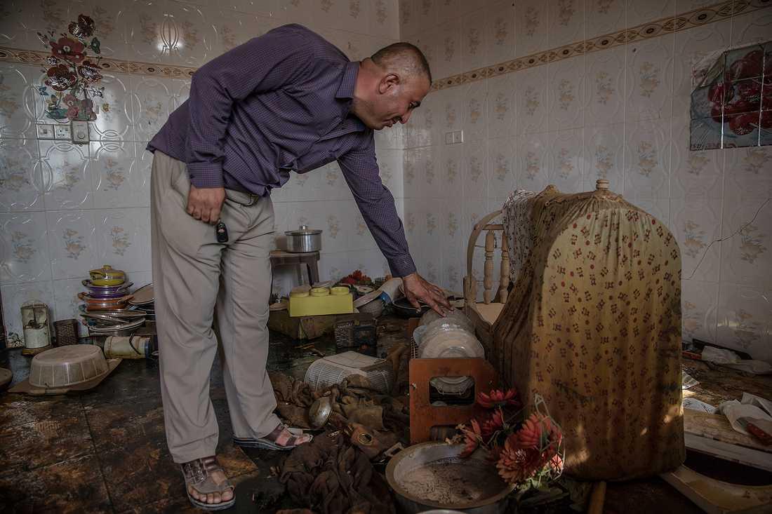 För första gången på två år är fembarnspappan Ahmed Gafoor tillbaka i sitt hem. Huset har varit ett IS-fort i två års tid.