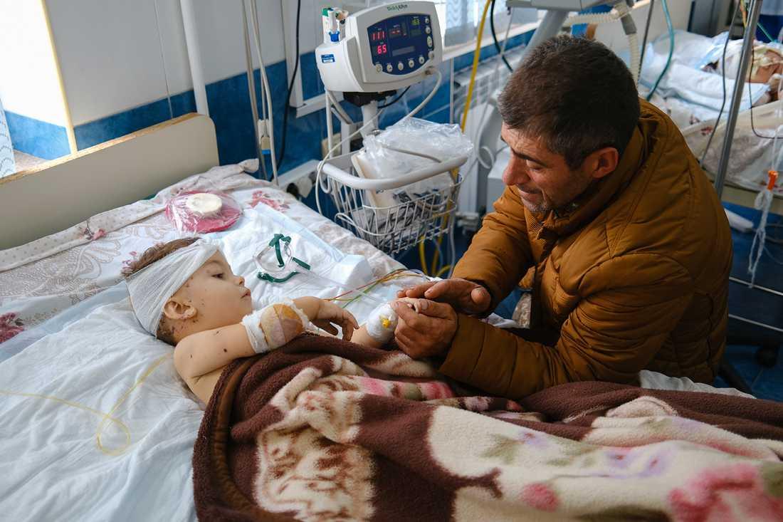 Ett barn som skadats i beskjutningen av Stepanakert vårdas på sjukhus. Bilden är tagen i måndags.