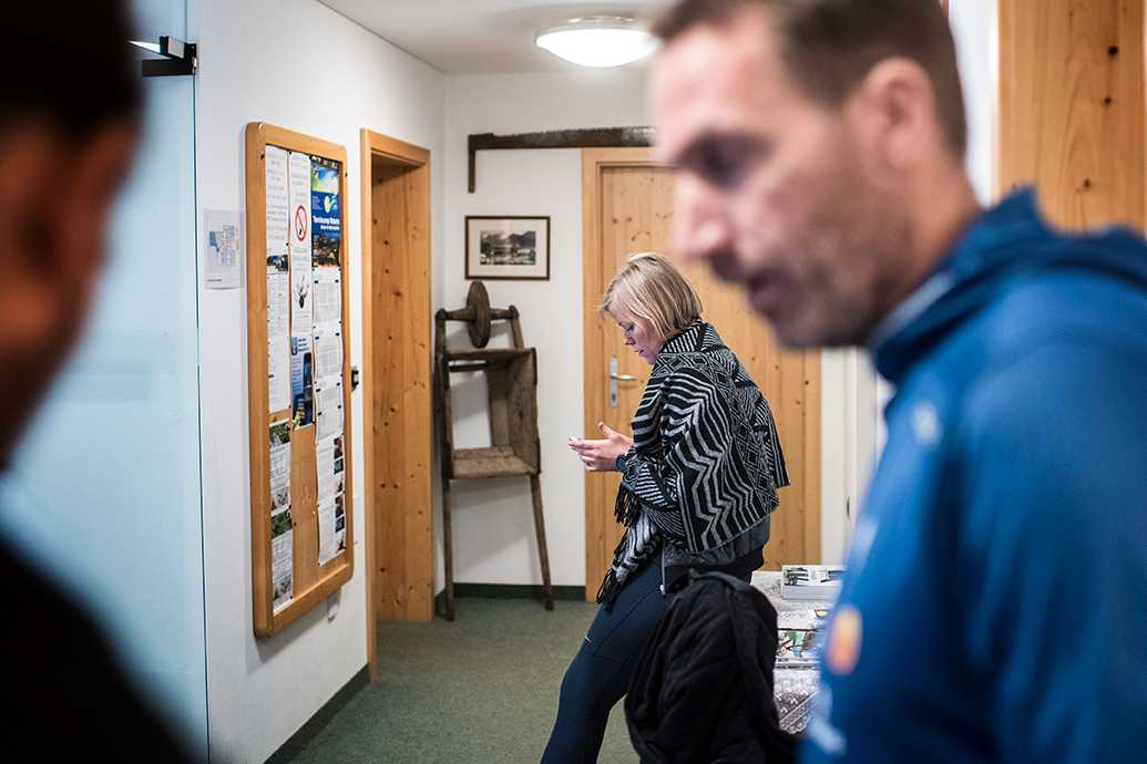"""Torbjörn Nordvall är kvar hemma i Sverige. Då rycker syrran in som tillfällig presschef och """"klockar"""" våra intervjuer."""