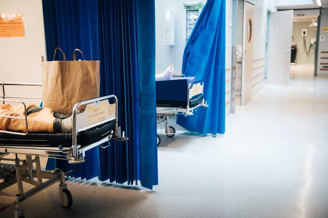 Under sommaren har patienter trängts – upp till ett dygn – i korridorer och kulvertar kring akuten.