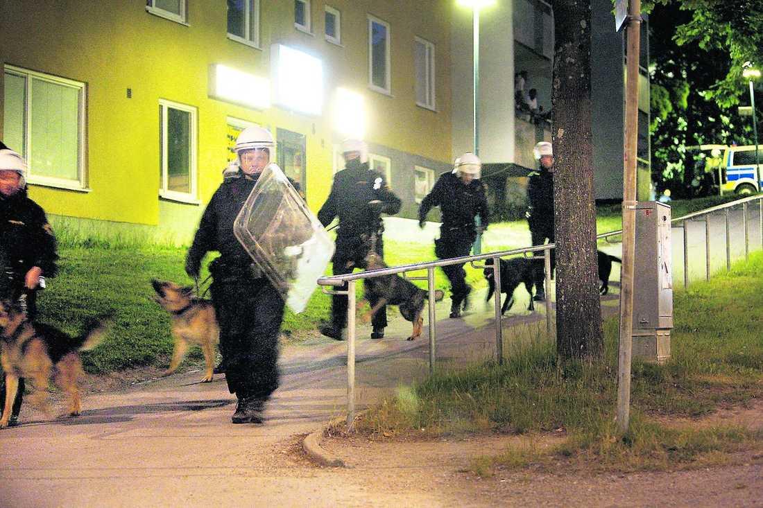 kravallstyrka Strax före klockan ett i natt gick polisens kravallstyrka in i det oroliga bostadsområdet.