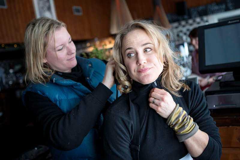 Anja Lundqvist, här under inspelningen av Sune i fjällen, berättar att hon träffade en kille när hon var i 20-årsåldern som hjärntvättade henne att tro att hon var värdelös och också tog strypgrepp på henne i badkaret.