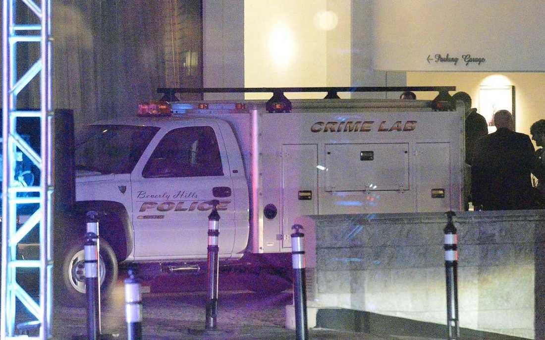 Polisen utanför hotellet.