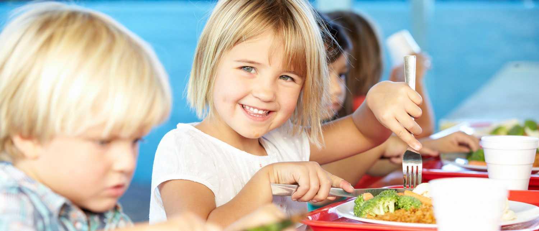 Barn mellan fyra och fem kan ofta äta ordentligt med kniv och gaffel.