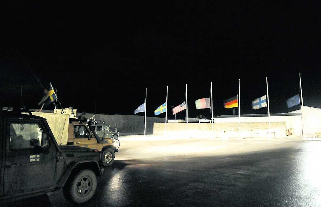 Flaggor på halv stång efter dödsfallen i februari.