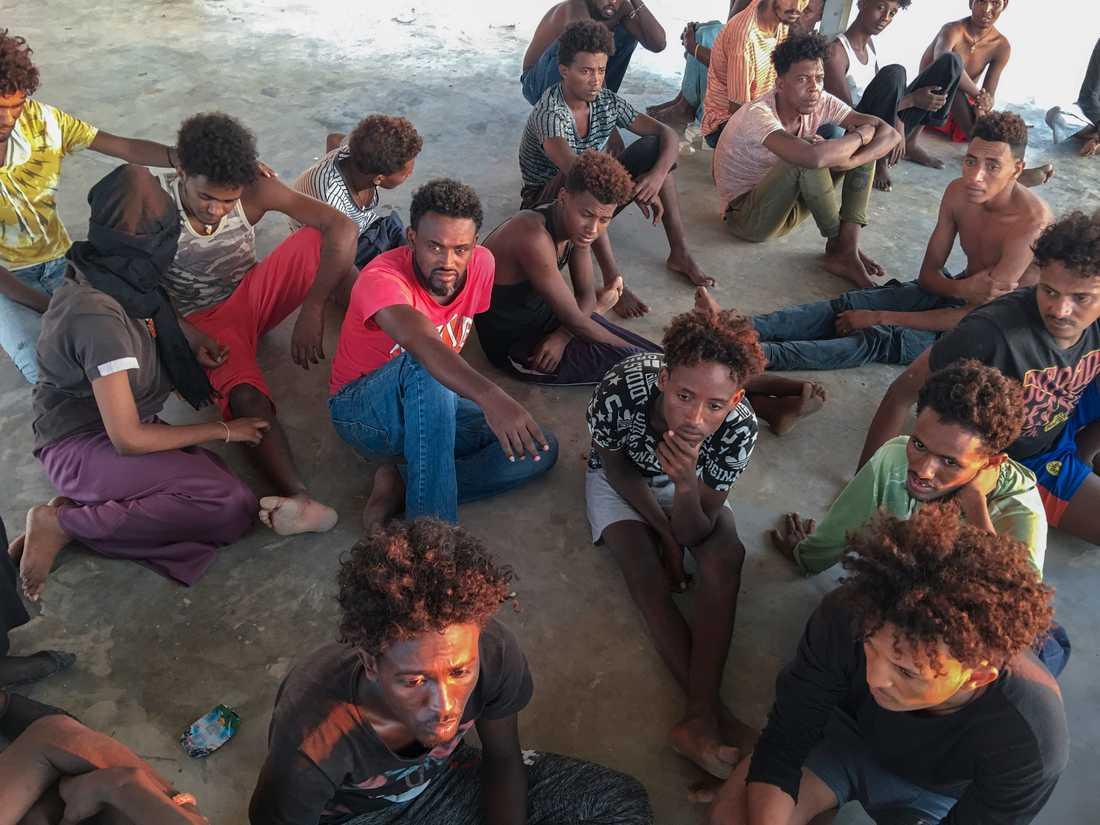 Migranter som räddats tas om hand sedan de förts i land i Libyen. Uppåt 150 migranter kan ha drunknat i torsdagens tragedi.