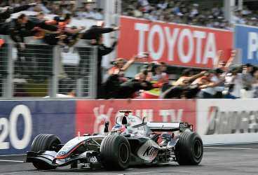 ÅRETS OMKÖRNING FIXADE VINST Kimi Räikkönen startade på 17:plats - i mål var han först.