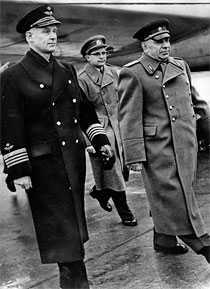 kallades Stig Wennerström med den ryske försvarsattachén Vitalij Nikolskij, till höger. Nikolskij var inte bara Wennerströms sovjetiske kollega, han var spionens arbetsledare och förman. Wennerström lämnade ut allt till ryssarna, han förrådde sitt land för 600 000 kronor. 1964 dömdes storspionen till livstids fängelse.
