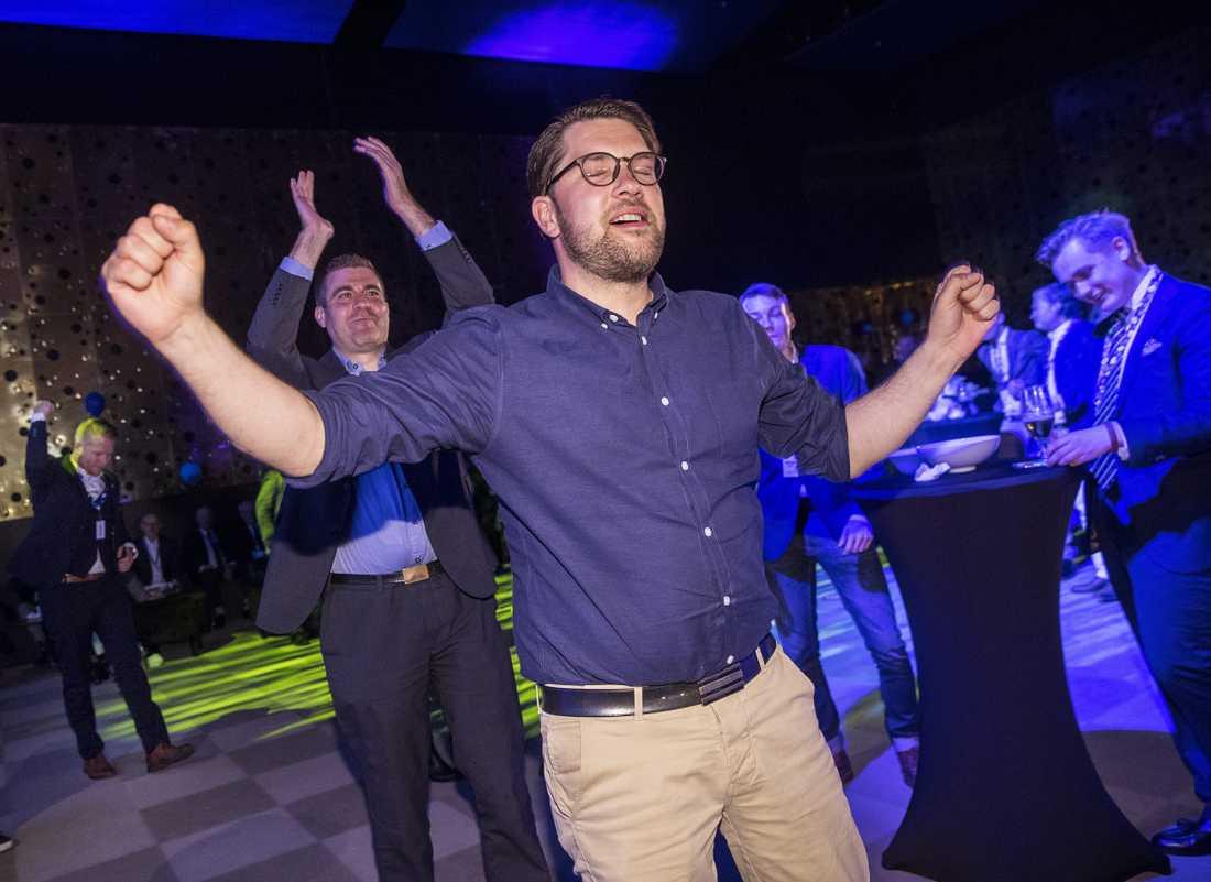 Jimmie Åkesson firar efter EU-valet.