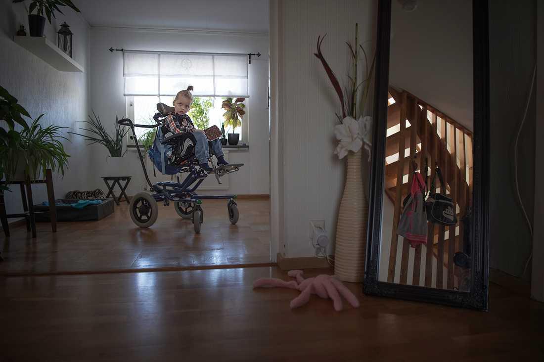 Cimon, 4, kan inte gå, inte stå, inte sitta, inte hålla upp kroppen eller huvudet, inte prata, inte äta, inte kommunicera.