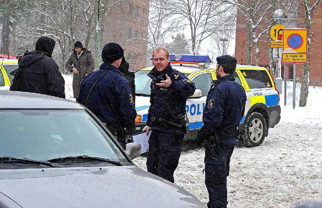 Greps i går kväll Mannens 40-årige son greps sent i går kväll i närheten av brottsplatsen.