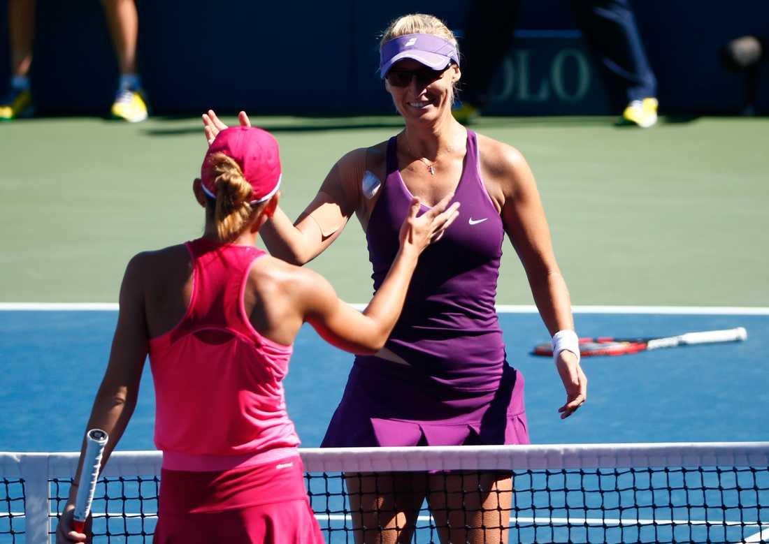Mirjana Lucic tackar Simona Halep, Rumänien, efter matchen i US Open.
