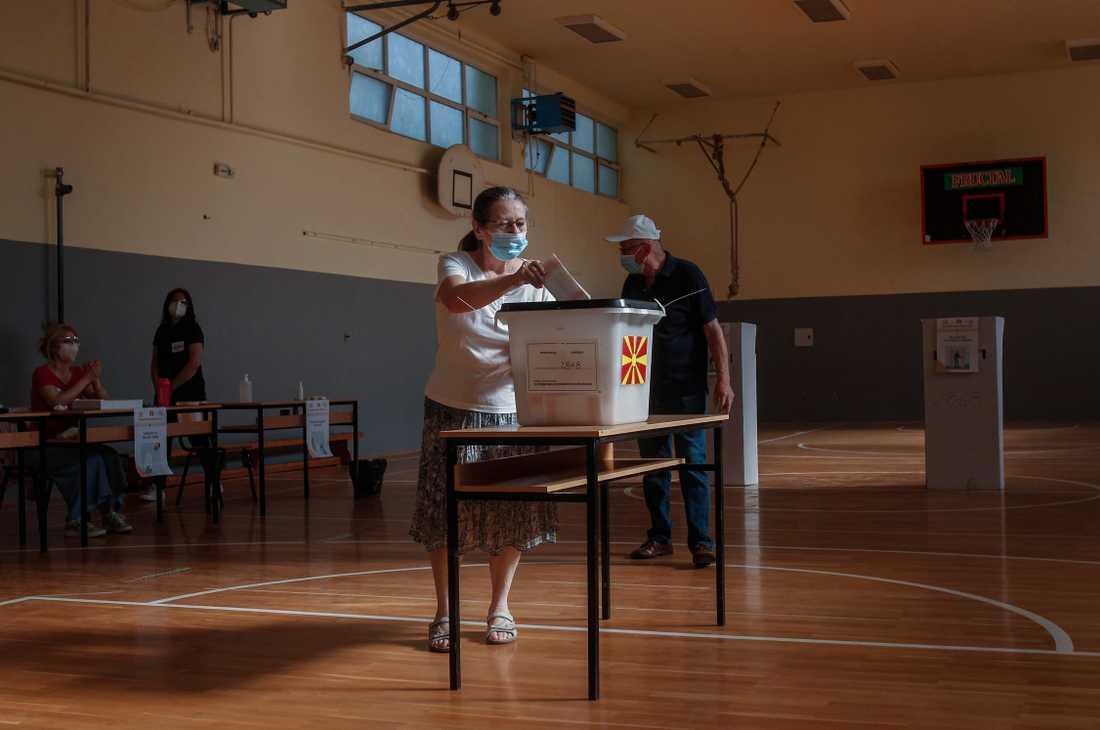 En kvinna röstar i den nordmakedonska huvudstaden Skopje på onsdagen.