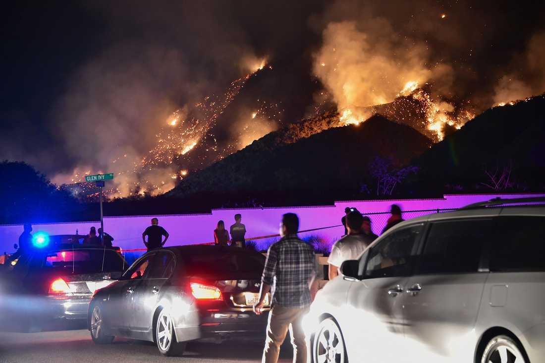 Människor bevittnar branden sydöst om Los Angeles.