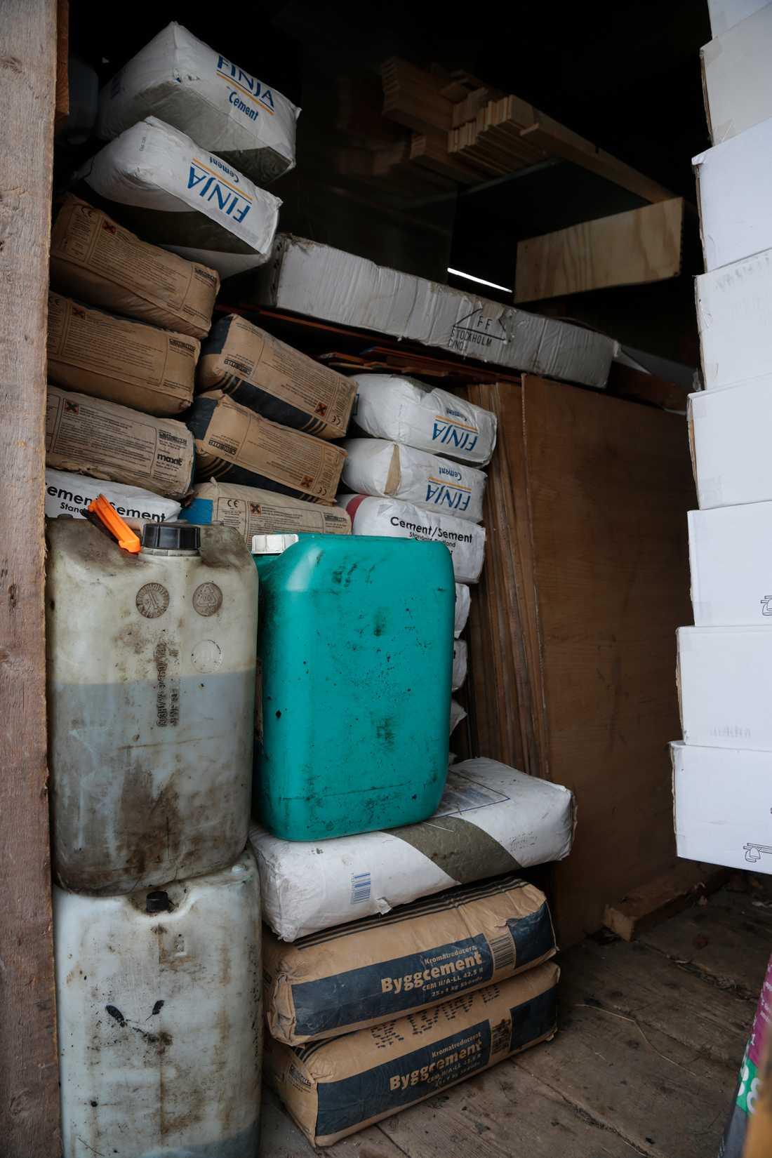 När Aftonbladet besöker tomten där tillslaget gjordes finns mängder av byggmaterial på hyllorna i förrådet. Där ligger cement, kakel och på en släpvagn utanför står färgburkar staplade.