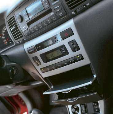 """2004 jabbades inredningen upp i Corolla. Biljournalister har tidigare tyckt att Toyotas bilar varit lite """"gubbiga"""" – det har Toyota velat ändra på."""