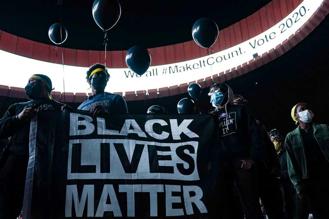 En Black Lives Matter-protest i New York i höstas. Den senaste protestvågen startade efter att svarte George Floyd dödats vid ett brutalt polisingripande i Minneapolis i Minnesota i maj.