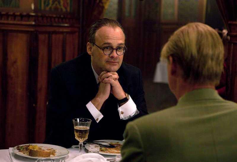 Gustafssons karaktär Allan Karlsson möter Tage Erlander (Johan Rheborg).