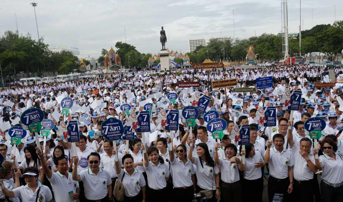 Regeringsanställda deltar i en aktion för att övertyga folk att rösta i folkomröstningen om den nya konstitutionen, dagarna före valet.