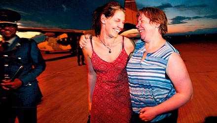 Räddade SVT-medarbetarna Helene Åberg och Jenny Söderqvist tillbringade fyra dygn i Kalahariöknen efter att deras bil exploderat. Här anländer de båda till flygplatsen i Botswanas huvudstad Gaborone.