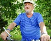 """PÅ FAVORITSTÄLLET Plura Jonsson tillbringar mycket tid i Koster. """"Det är en kreativ plats. Man kan se himlarna ändra sig härifrån"""", säger han."""