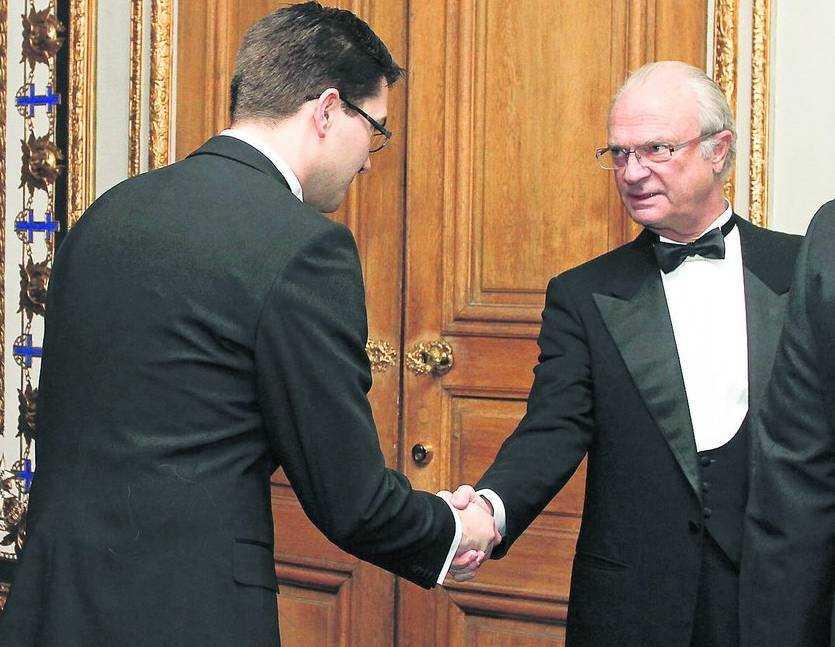 skakar han dmed sd Jimmie Åkesson hälsar på kungen som enligt kroppsspråksexperten inte uppskattar mötet.
