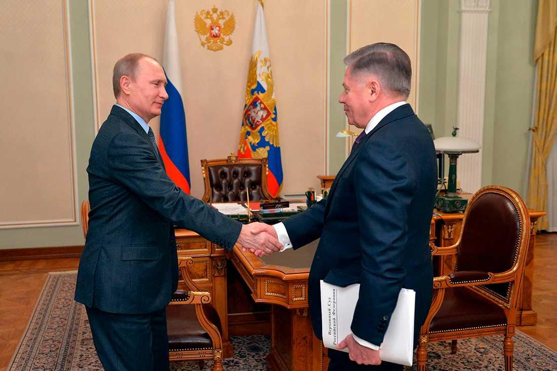 Den här bilden skickades ut av rysk tv i fredags. Men filmen avfärdas nu som gammal och man säger att Kreml har möblerat om i Putins schema för att få filmklippet att se nytt ut.
