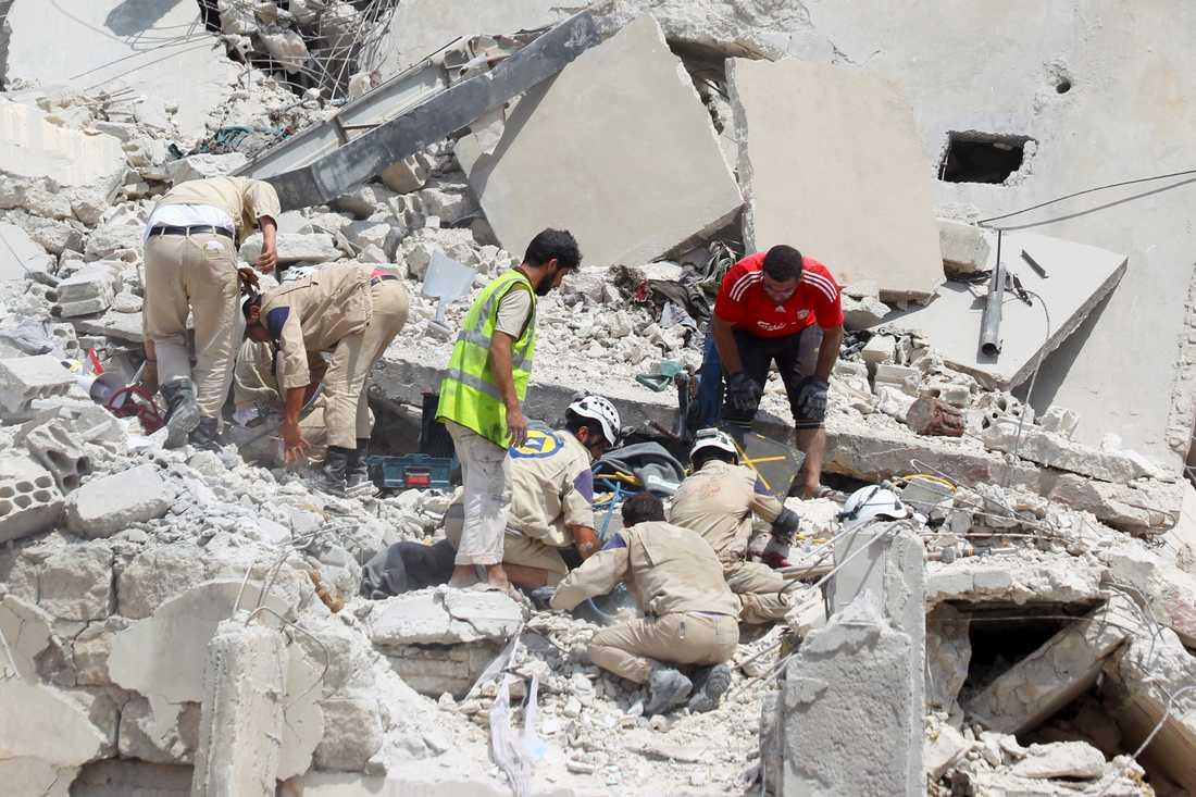 Minst 27 personer dog när det syriska stridsflygplanet kraschade.