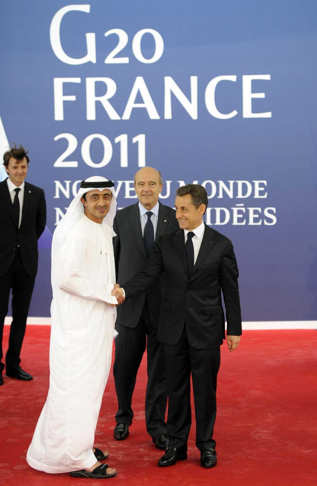 Nicolas Sarkozy välkomnar Förenade arabemirantens utrikesminister Abdullah bin Zayed Al Nahyan.