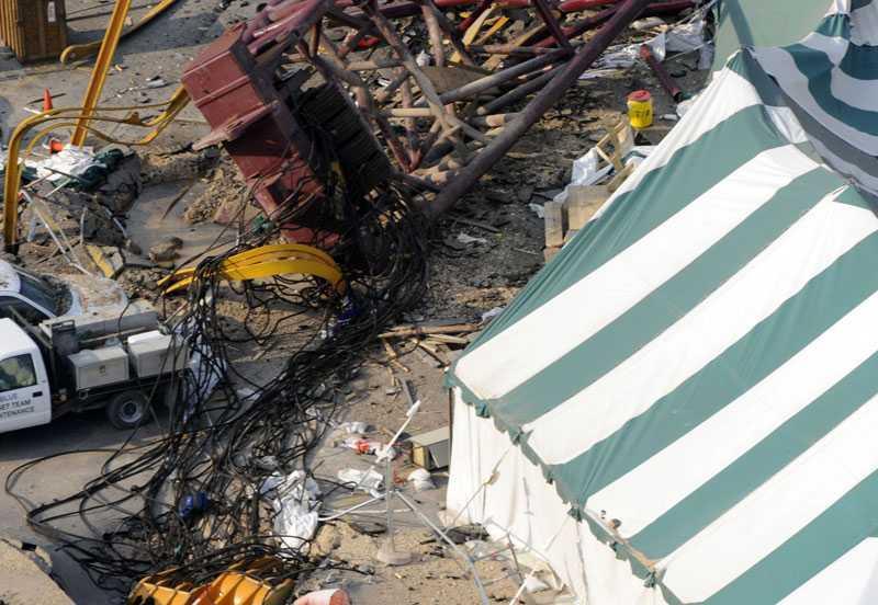 Ett tält där arbetare satt och åt lunch träffade av kranen. Fyra dog och sju skadades.