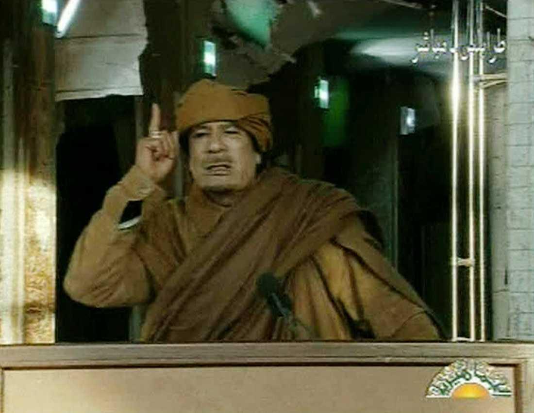 """IN I DET SISTA Muammar Gaddafi lovade i natt att kämpa in i det sista.""""Det är döden eller seger över rebellerna"""", sa han till arabisk tv i natt. Och tidigt i morse uppgavs regeringsstyrkorna ha slagit tillbaka mot rebellerna med missiler och granater."""