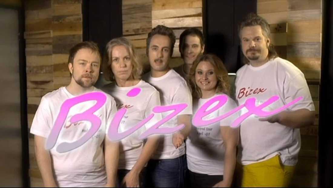 Sketchen där komikern Per Andersson spelar sångare i det påhittade Skellefteå-dansbandet Bizex vållade en anmälningsstorm efter att den sändes.