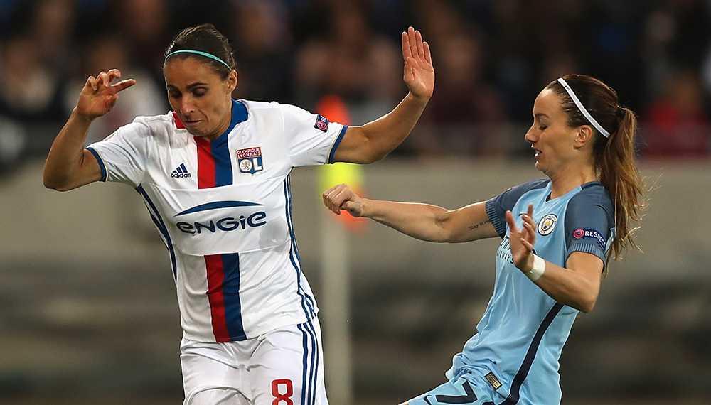 Jessica Houara och Kosovare Asllani i närkamp.