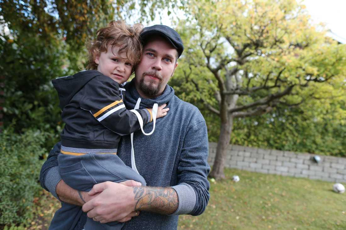 I mars i år var Christoffer Carlsmose, 31, på badhuset Aq-va-kul i Malmö med sin son. – Jag stod i poolen med min tvåårige son. Min pojke stod och lekte med vattenkanonerna och jag stod framför honom. Helt plötsligt small det bara till i bakhuvudet. Tre hårda slag, berättar han.