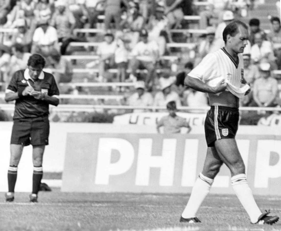 Utvisas under VM 1986 efter att ha kastat bollen på domaren