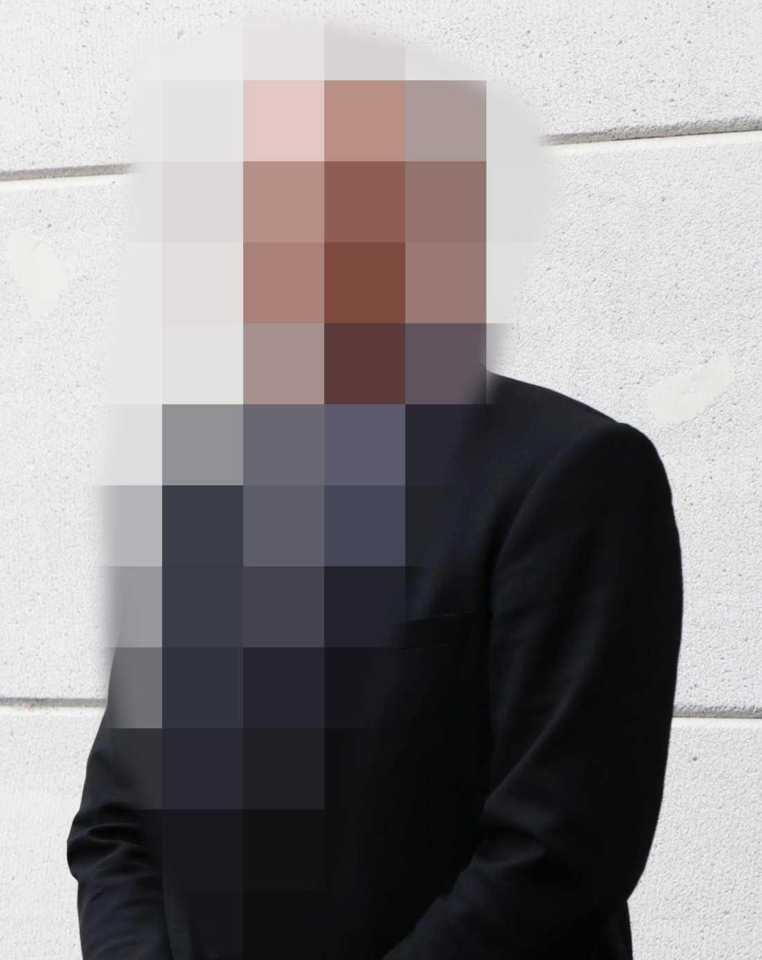 Mannen är kommunalråd och M-topp i en kommun i södra Sverige.
