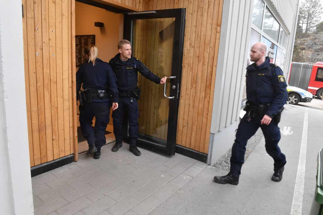 Poliser vid huset kvinnan föll från