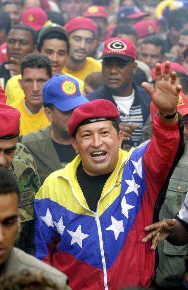 Chávez med supportrar på en bild från 2002.