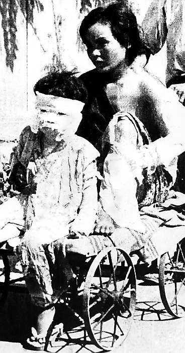 En mor och hennes barn lämnar sjukhuset i Hiroshima några dagar efter att bomben fälldes 1945.