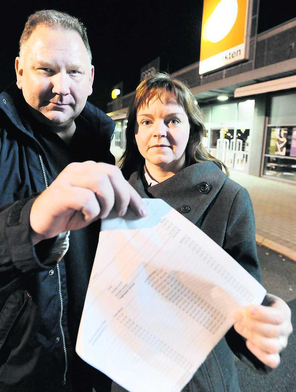Priset sprang i väg Krister och Ulla Svanström fick en chock när de kontrollerade sitt konto efter gårdagens inköp på Skopunkten i Växjö. Summan på 884 kronor fortsatte okontrollerat att dras från deras bankkonto.